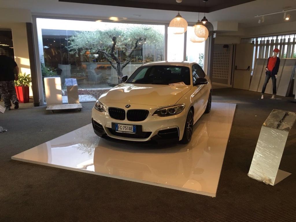 Creazione pedana e totem portacaratteristiche per BMW M2 presso concessionarie